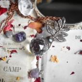 ✨- Éternel -✨ ° Cette beauté est dispo a adoption sur le site internet ! Avec de nombreuses autres pièces de la mise en ligne de hier ! 🥰 ° Je vous prépare un point litho pour ce soir ! En attendant, je m'occupe de vos commandes (et oui, j'ai dû retard sur les délais en plus.. mais tout part aujourd'hui), et je vous souhaite une belle journée ✨😍🥰 ° #cristalderoche #neige #bijounaturel #cadeaumagique #magique #artisanafrancais #art #cadeau #photography #lithotherapie #mineraux #naturelovers #cristal